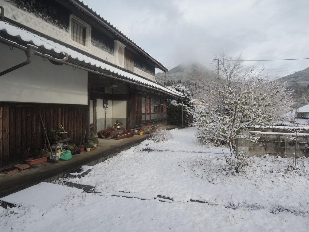 千屋アウトドアハウス前、2019年末初積雪。