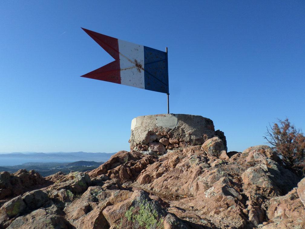 Le drapeau au sommet