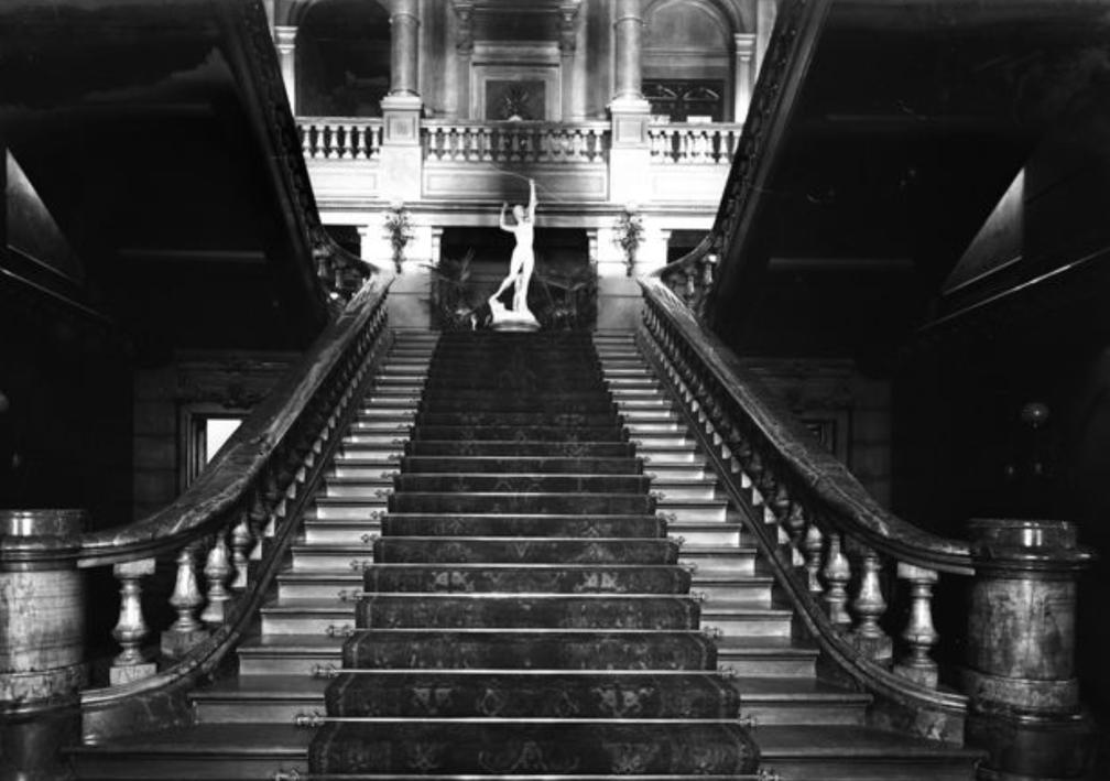 Escalera de entrada al Jockey Club . El edificio fue incendiado durante los conflictos políticos de 1955 .