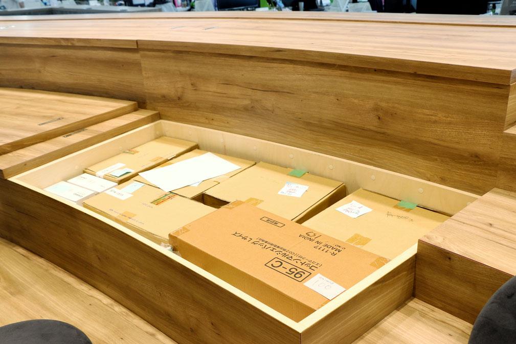 ▲会議スペースの座席下に収納された荷物