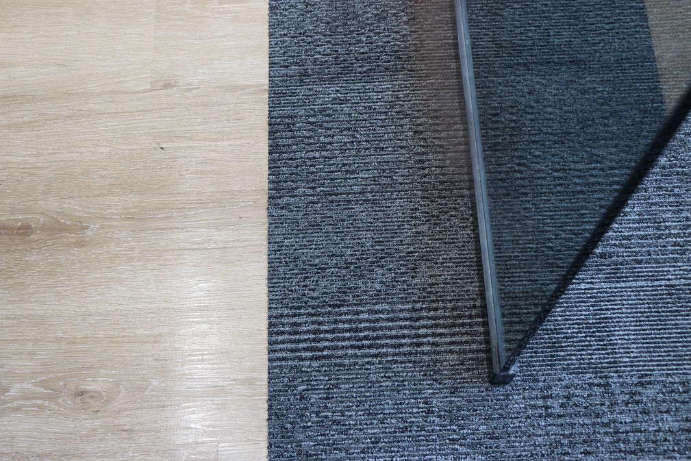 ▲フローリング(左)と絨毯(右)