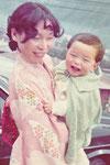 1歳の頃。母と一緒にお宮参り