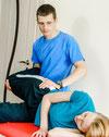 Pacjent w trakcie terapii manualnej stawu biodrowego.
