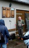 Werner Oldenburg erklärt die Fledermauskästen (Foto: Hans-Jürgen Schmidt)