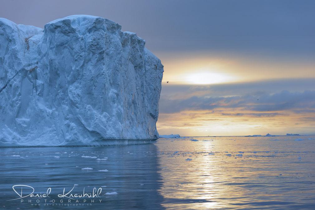 Gigantischer Eisberg im Abendlicht im Icefjord Ilulissat in Südwest-Grönland, www.dk-photography.ch, Photographer: Daniel Kneubühl
