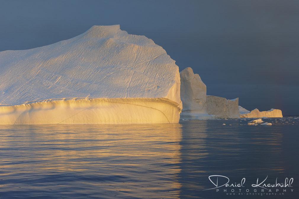 Gigantischer Eisberg im Sonnenuntergang am Icefjord Ilulissat in Südwest-Grönland, www.dk-photography.ch, Photographer: Daniel Kneubühl