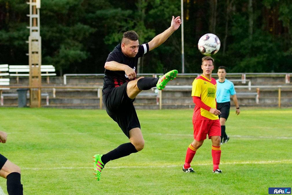 Foto: PB - Björn Koch im Hechtsprung beim Pokalfight gegen den 1.FC Frankfurt