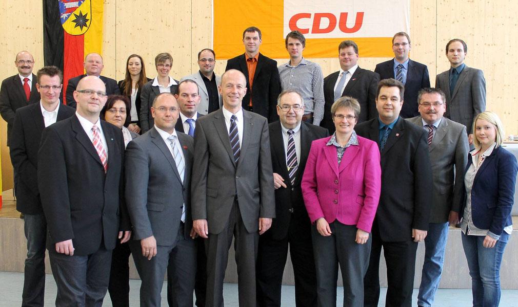 Der neue Vorstand: vorne von links Dirk Hofmann, Delf Bause, Armin Schwarz, Bernd Siebert, Claudia Ravensburg, Thomas Viesehohn, dahinter die weiteren Vorstandsmitglieder (Foto: Nicolai Ulbrich, HNA)