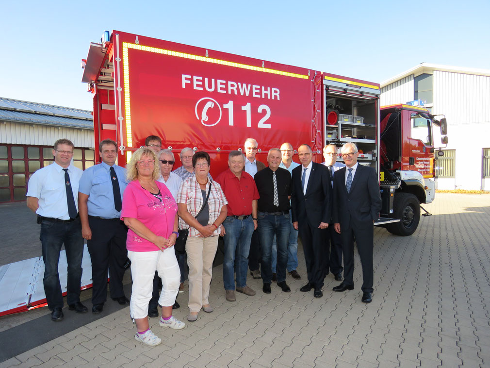 Mit Innenminister Peter Beuth (3. von rechts) bei der Fahrzeugübergabe