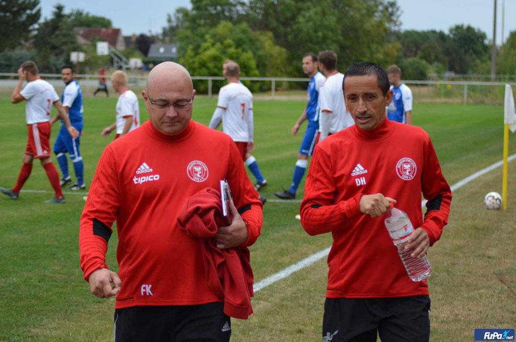 """MSV-Co-Trainer Falk Küchler (li) und Coach Dirk Herrgoß im Gespräch! """"Für die kommende Saison müssen wir fit sein"""" Foto: Tobias Karge"""