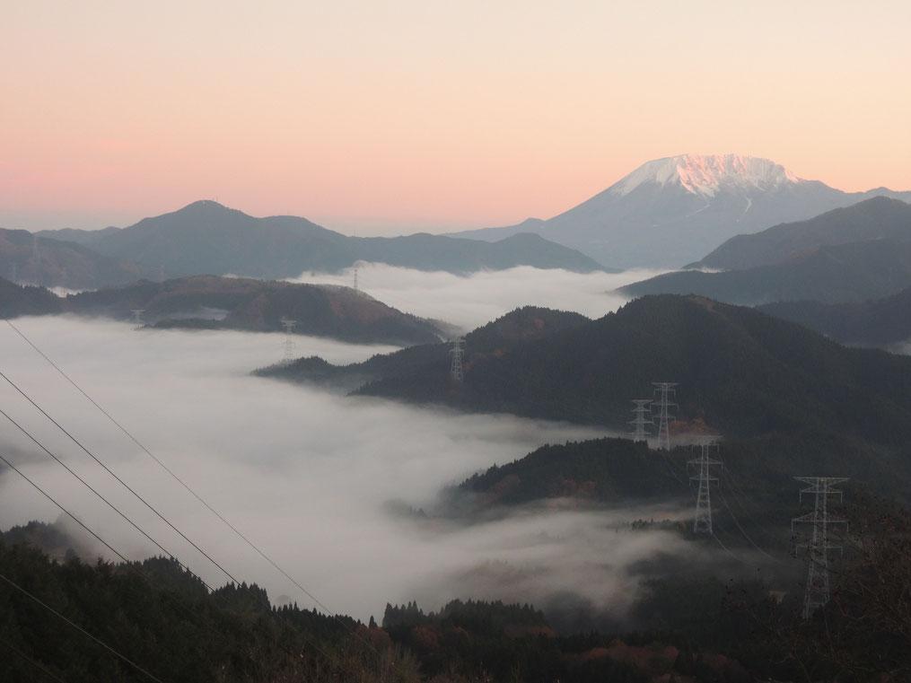 初冬の冠雪大山と、明智峠の雲海。