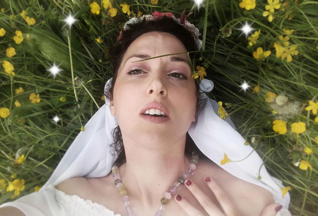 Una Strega Bianca colta da estasi durante la contemplazione della Legge di Attrazione