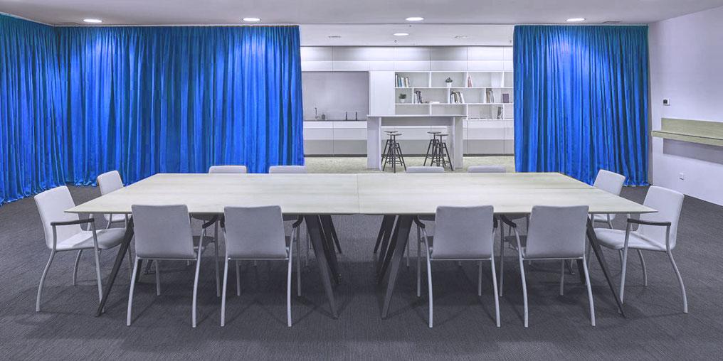 hochwertigen Akustik Stoffe teilen Sitzungszimmer und den Kantienenbereich ab. Bild von Creation Baumann.