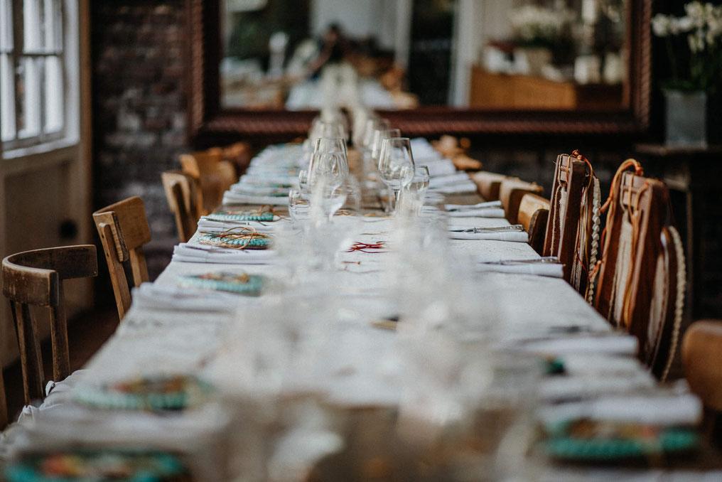 Bild: Die freie Trauung im modernen bayrischen Stil, finde Informationen und Tipps für die Freie Trauung im LaDü, NRW, Oktoberfesthochzeit, Oktoberfest, Hochzeitsreportage, gefunden auf philosophylove.de aus Düsseldorf