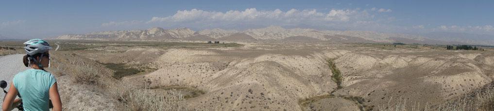 """Les montagnes arides et sculptées par l""""eau entre Jangi Talap et Kazarman"""