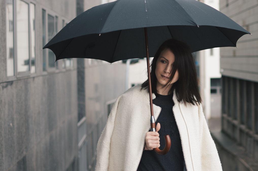 parapluie manteau blanc