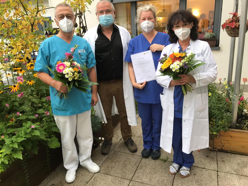 Dr. med. Lothar Iffert (li. im Bild) übergibt die Verantwortung für die Palliativstation an Dr. Marion Brocke (re. im Bild). Chefärztin Dr. med. Heike Schlegel-Höfner bedankte mit dem Ärztlichen Direktor Dr. med. Joachim Pausch für die geleistete Arbeit.
