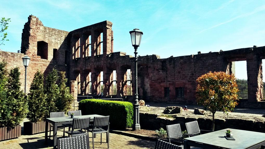 Sommerliche Außengastronomie Burg Nideggen