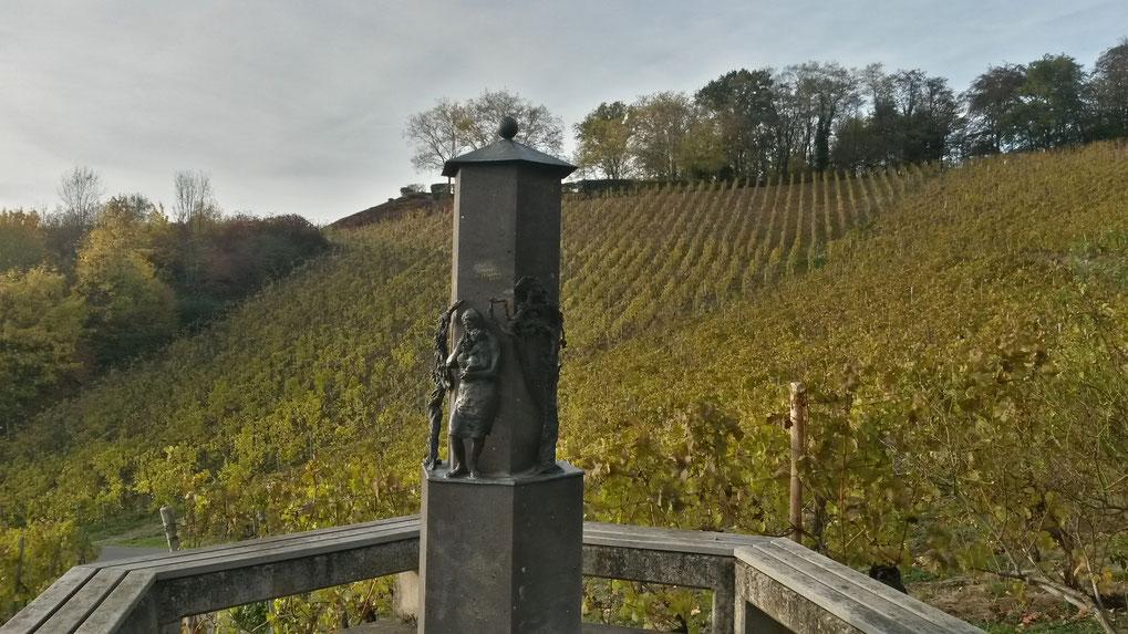 Im Weinberg mit Blick auf den Aussichtspunkt Hülle