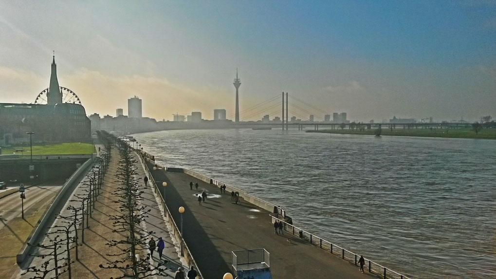 Düsseldorfer Rheinpromenade im Januar