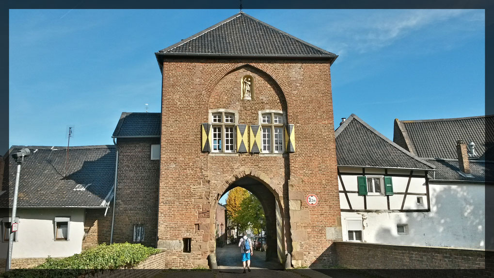 Das Agathator führt hinein in das mittelalterliche Städtchen Altkaster