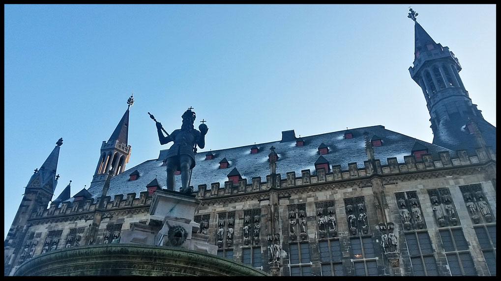 Aachener Rathaus mit dem berühmten Karlsbrunnen: Kaiser Karl der Große mit den Reichsinsignien