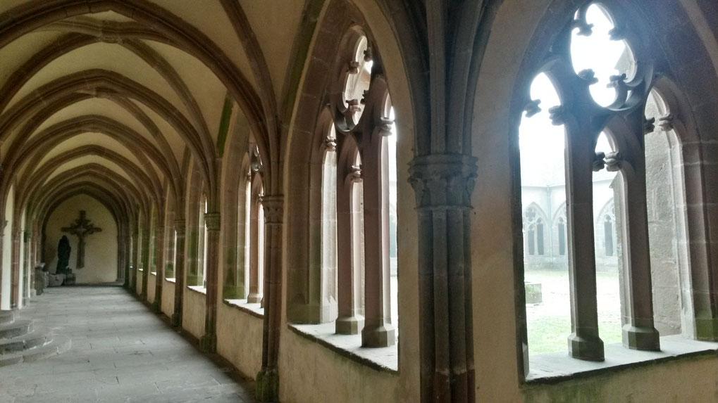 """Fast eine Filmszene aus """"Der Name der Rose"""":  Kreuzgang aus dem 14. Jahrhundert, im Nebel von der Kirche zum Refektorium"""
