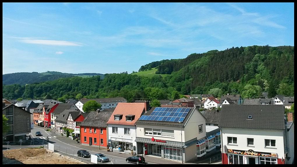 Blick auf Waldbreitbach vom Kirchplatz aus