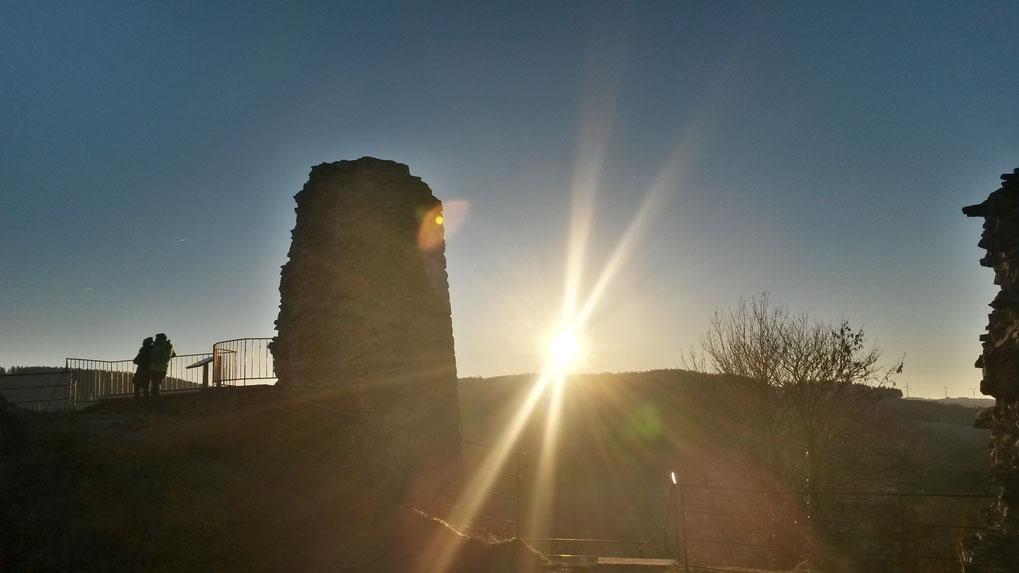 Sonnenuntergang auf der Burgruine Kronenburg