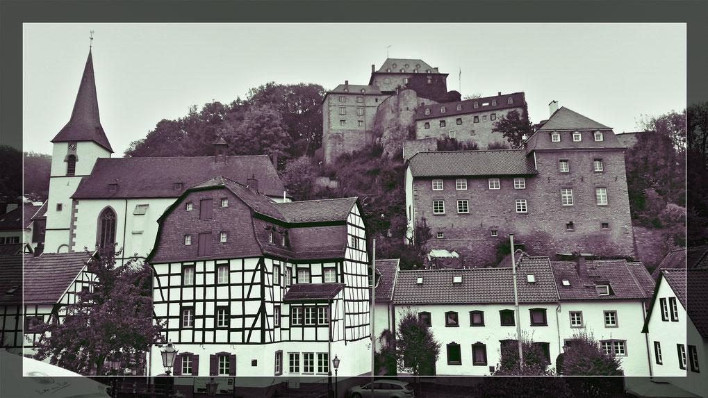 Mein persönliches Retro-Foto- Blankenheim 2018, Blick hinauf zur Burg