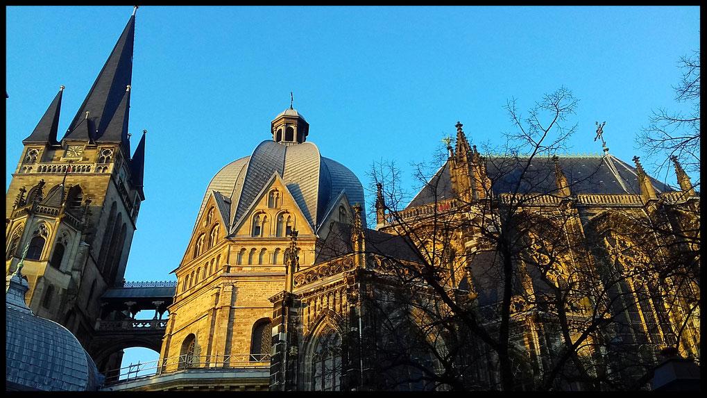 Turm, Oktogon und gothische Halle: imposante Ansicht aus der Fussgängerzone
