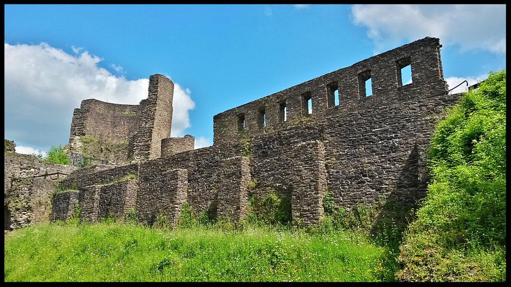 Die Palaswand der Burgruine Windeck