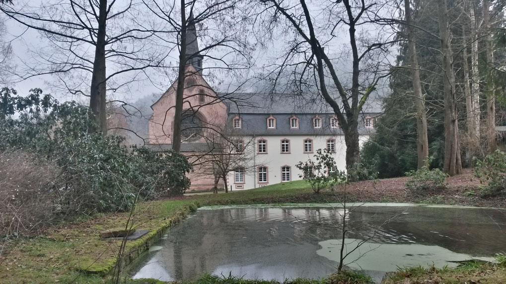 Winterliche Stimmung im Stile von Rosamunde Pilcher: Kloster St. Thomas, gegründet zu Ehren von Thomas Beckett