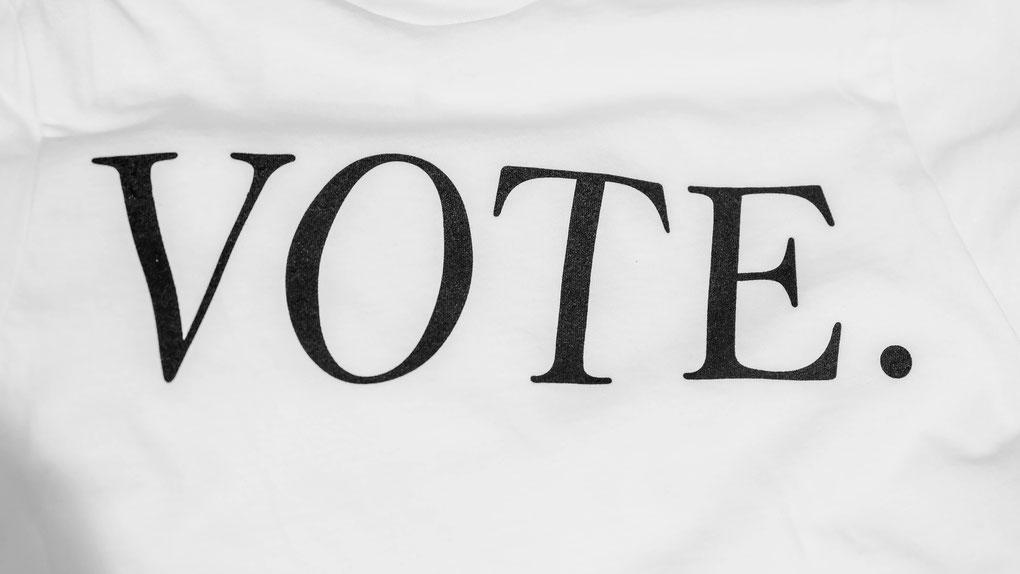 """Die Aufschrift """"Vote"""" auf einer weißen Oberfläche"""