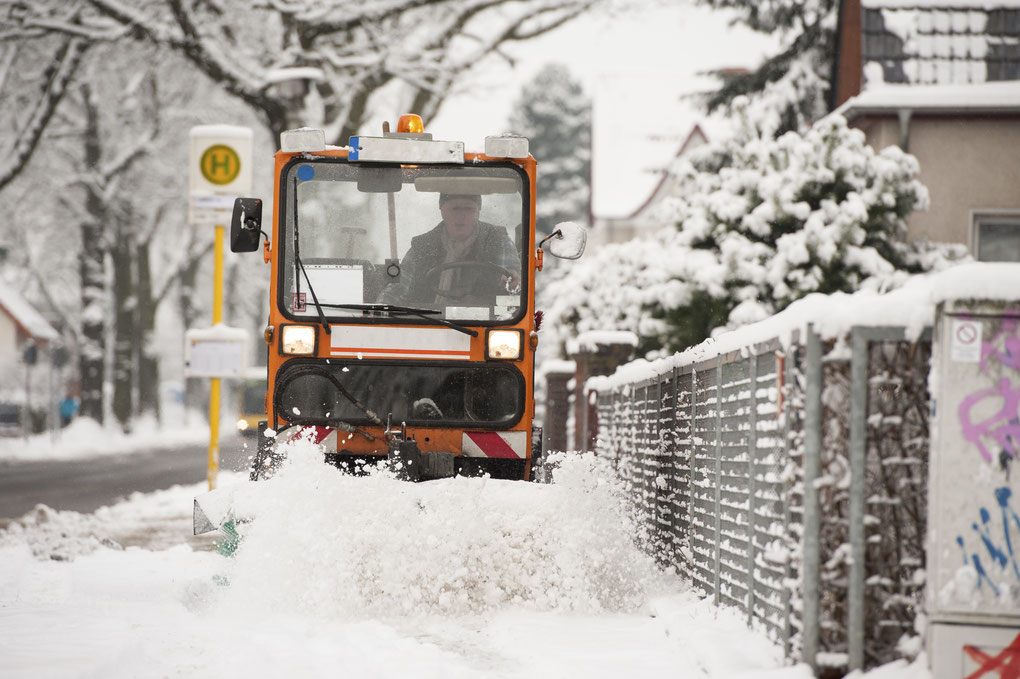 Sobald der Wintereinbruch erfolgt, ist die Zeit für den Winterdienst in Fürstenfeldbruck gekommen. Zum Winterdienst gehören das Schneeräumen und Abstumpfen des Gehsteigs mit den zugehörigen Wegen.