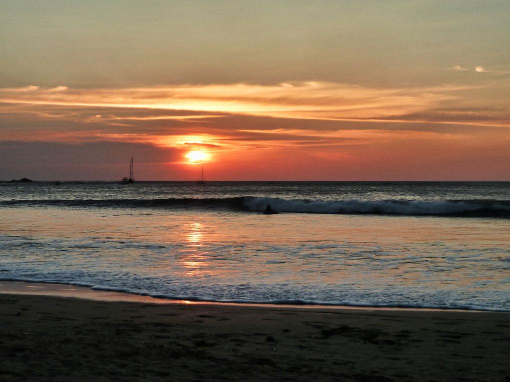 Sonnenuntergang am Strand von Costa Rica. Auf dem Meer Schiffe.