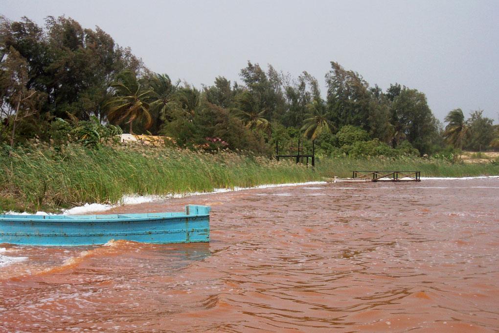 De Sally au lac Rose au milieu des terres rouges d'Afrique
