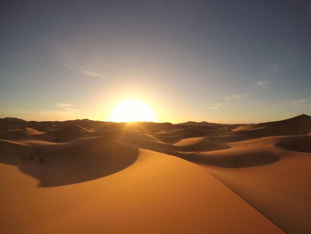 Lever du soleil à Merzouga sur l'Erg Chebbi aux portes du Sahara