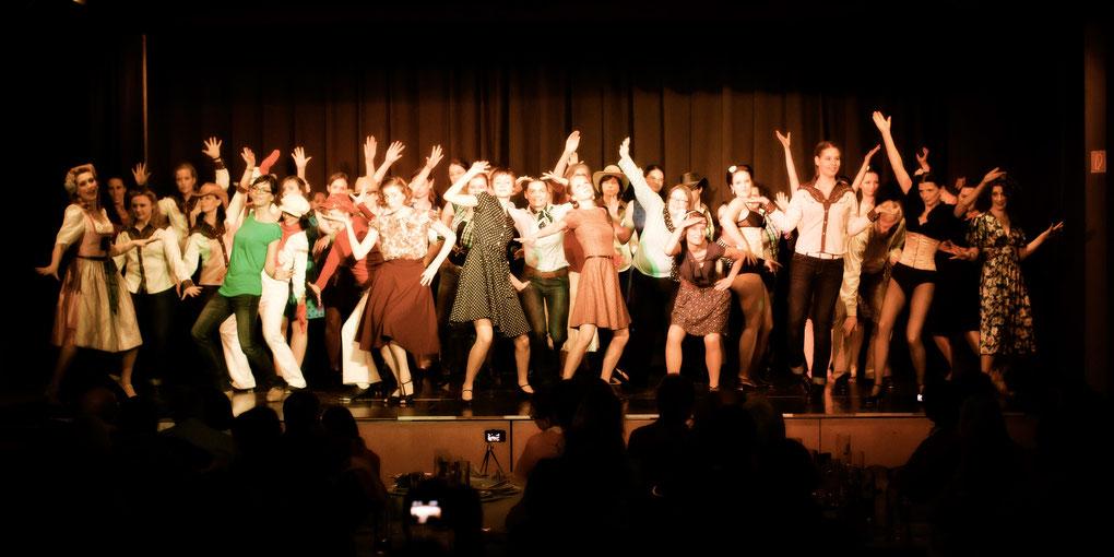 """""""Freeze""""! Eine Szene aus dem Shim Sham als Finalnummer einer unserer Vintage Dance Studio Shows, getanzt von allen Tänzer/innen des Studios die ihn gelernt haben. Foto: Dorothee Elfring"""