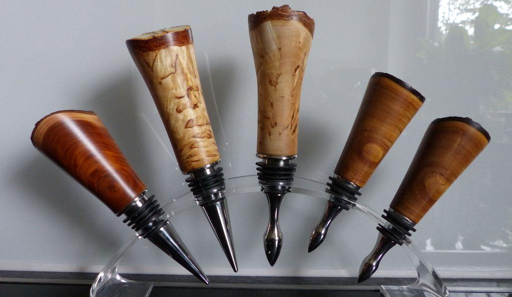 Flschenverschlüsse aus Holz für Weinflaschen gedrechselt.