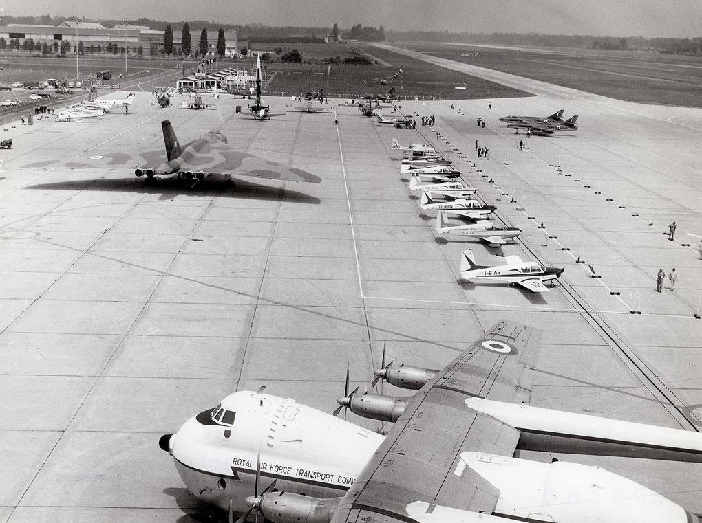 Immagine del piazzale del salone dell'aeronautica di Torino. Autore sconosciuto, scansione da originale cartacea di proprietà di The Aviation