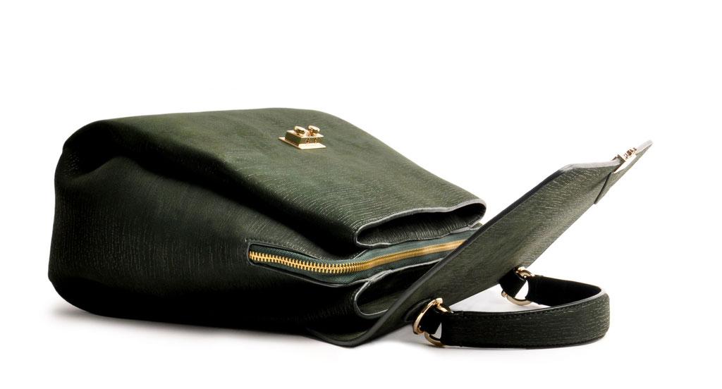 Online-Shop OWA Tracht  exklusive  modische Trachtentasche CLOE versandkostenfrei kaufen. grün. Hochwertiges Rindleder. Henkeltasche . Schultertasche .  Detailansicht liegend. goldene Beschläge