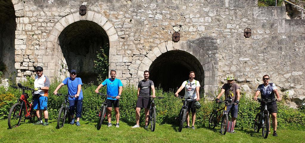Das Bild zeigt die Teilnehmer der ersten Ausfahrt an der Burgruine Scharzfels!