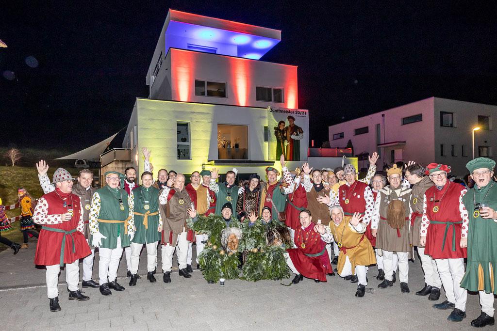 Gruppenbild der Zünftigen am Apéro vor dem heldenhaft beleuchteten Heim der Kneubi's. In der Mitte das Zunftmeisterpaar Madeleine und Stephan Kneubi Kneubühler.