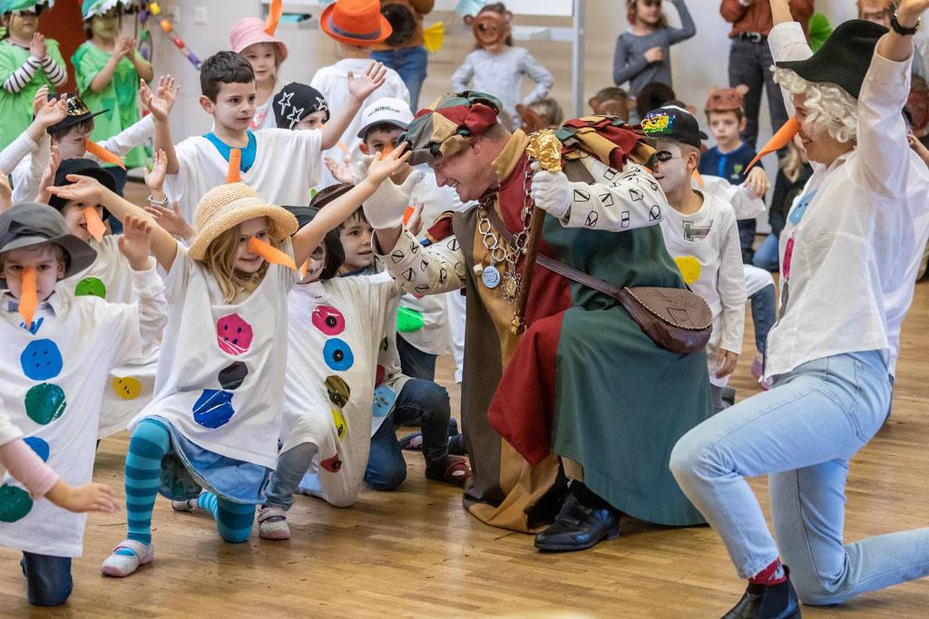 Zunftmeister Kneubi-Schweiz feiert mit den jüngsten FasnächtlerInnen Willisaus