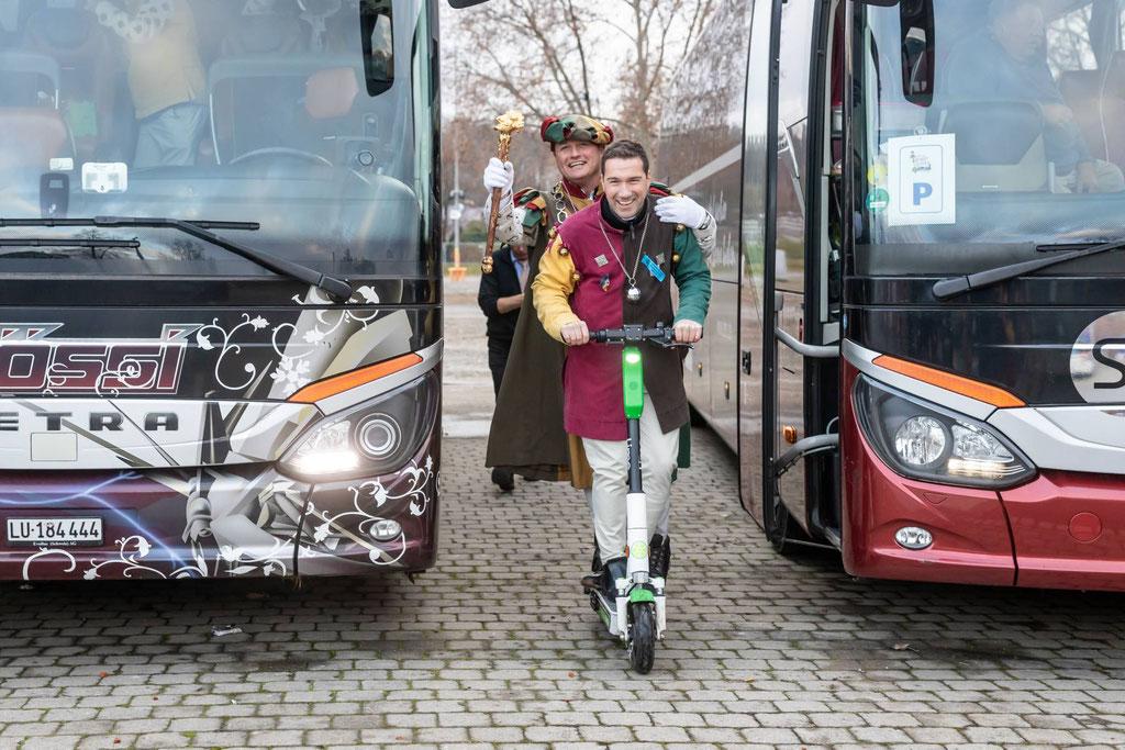 Die Karnöffelzunft Willisau setzt auf alternative Energien: Der innovative Geselle Claudio Nikles chauffiert Zunftmeister Kneubi-Schweiz per Elektro-Trottinett vom Festgelände zum Carparkplatz!