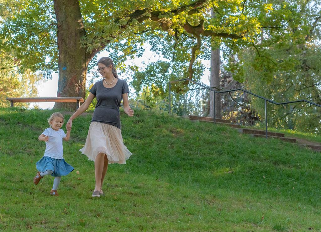 Kinderfotografie zu Hause - Kind lernt laufen