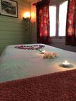 Intérieur du chalet de soins, table de massage, couleurs pastels donnent une atmosphère chaleureuse
