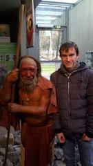 Schüler neben Neanderthaler