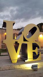 LOVE von  Robert Indiana auf den Cascaden in Yerevan